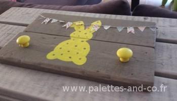 porte-manteau-bois-palettes-lapin-jaune2